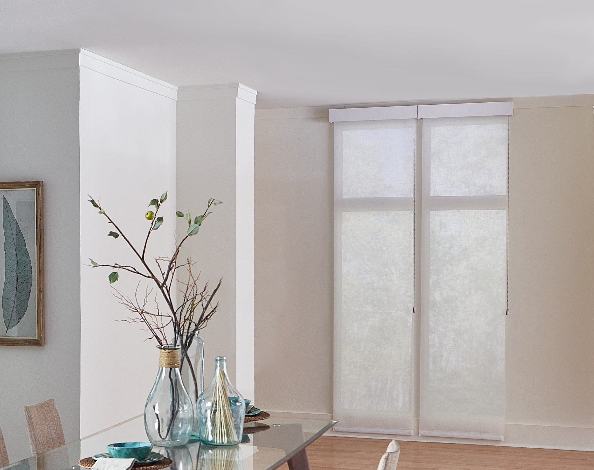 529736_SolarRollerShade_Flaxen11%PureWhite_0100_PullMotor_FabricWrapped4inCornice_A03_Grp3_RS_0418_Coulisse.jpg