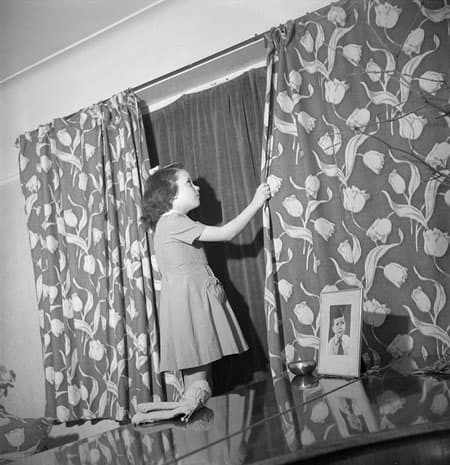 ww2_drawing_curtains