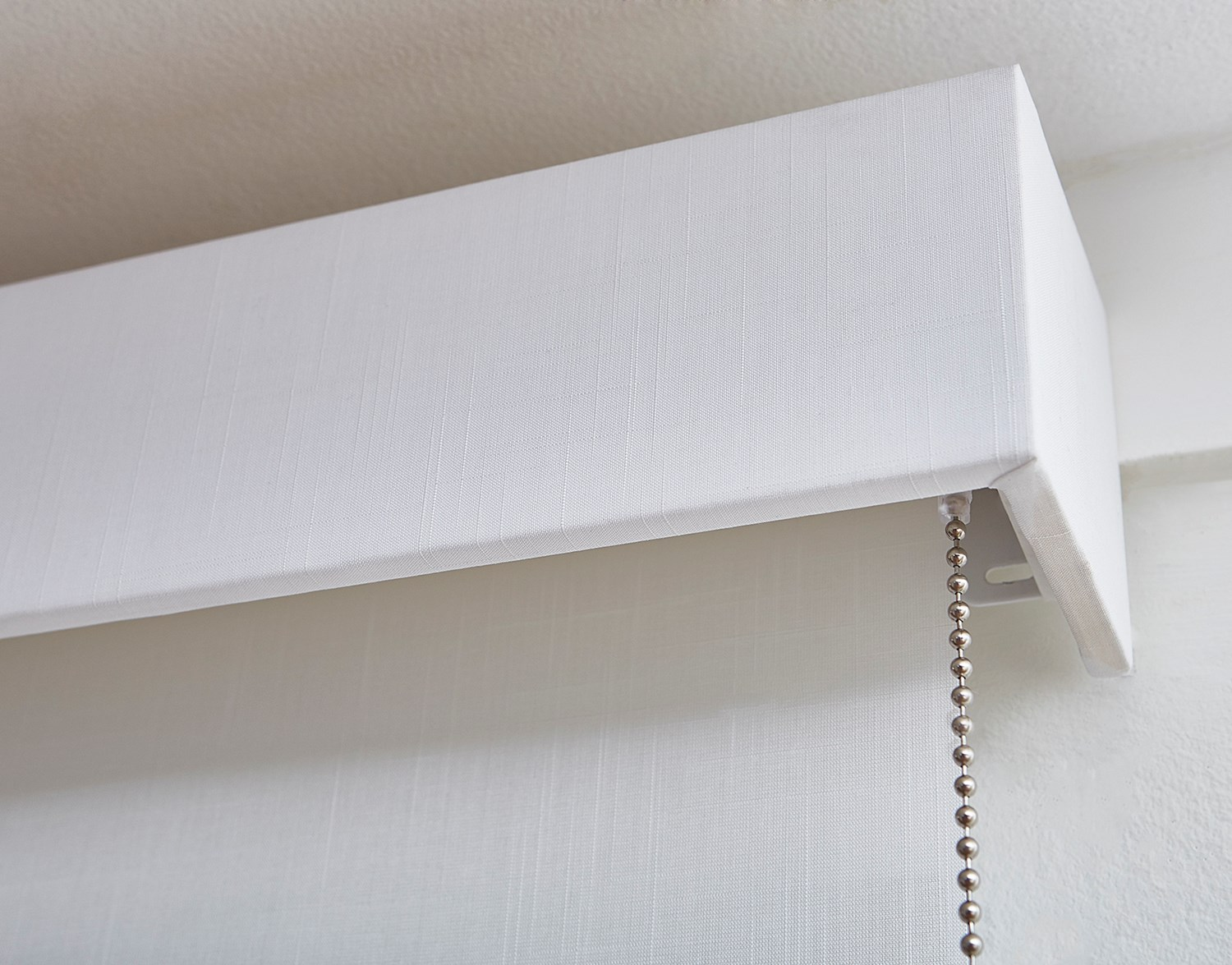 529736_SolarRollerShade_Flaxen11%PureWhite_0100_PullMotor_FabricWrapped4inCornice_A03_Grp3_Dtl_0418_Coulisse.jpg